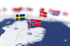 Bandeira de Noruega no foco Mapa de Europa com bandeiras de países Fotografia de Stock