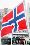 Bandeira de Noruega no vento no inverno Imagens de Stock