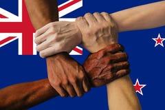 Bandeira de Nova Zelândia, integração de um grupo multicultural de jovens imagens de stock royalty free
