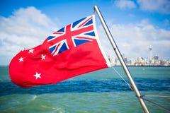 Bandeira de Nova Zelândia que voa fora do ferryboat em uma ilha de Auckland, Nova Zelândia fotos de stock