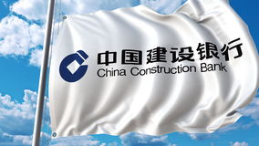 Bandeira de ondulação com logotipo de China Construction Bank contra o céu e as nuvens Rendição 3D editorial Foto de Stock Royalty Free