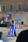Bandeira de ondulação do protestador na frente do parlamento Fotografia de Stock