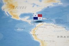 A bandeira de Panamá no mapa do mundo fotos de stock