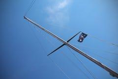 Bandeira de pirata no navio Fotos de Stock
