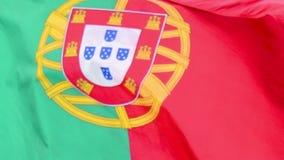 A bandeira de Portugal acena no vento no movimento lento