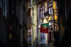 Bandeira de Portugal na rua de Porto com casa do colorfull imagens de stock royalty free