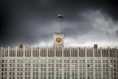 A bandeira de Rússia e a brasão da Federação Russa na parte superior da casa do governo da Rússia imagem de stock