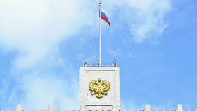 A bandeira de Rússia e a brasão de Rússia na parte superior da casa do governo da Federação Russa UHD - 4K video estoque