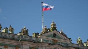 Bandeira de Rússia na fachada do palácio do inverno em St Petersburg Foto de Stock Royalty Free