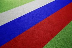 Bandeira de Rússia no fundo do campo de futebol fotos de stock