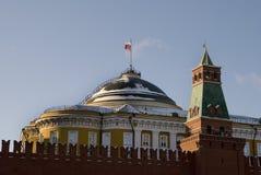 A bandeira de Rússia vibra sobre paredes Kremlin Fotos de Stock