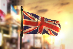 Bandeira de Reino Unido contra o fundo borrado cidade no nascer do sol B Foto de Stock Royalty Free