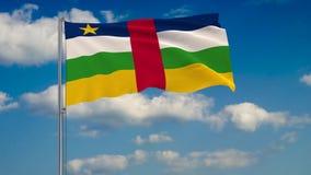 Bandeira de República Centro-Africana contra o fundo das nuvens que flutuam no céu azul ilustração royalty free