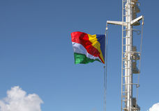 Bandeira de Seychelles que flui no vento no mastro de Fotografia de Stock Royalty Free