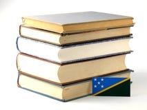 Bandeira de Solomon Islands com a pilha dos livros isolados no backgr branco Fotografia de Stock Royalty Free