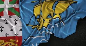 A bandeira de St Pierre-miquelon enrugou-se no fundo escuro 3D com referência a Imagens de Stock