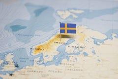 A bandeira de sweden no mapa do mundo fotos de stock