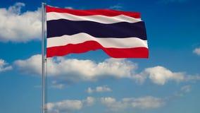 Bandeira de Tailândia contra o fundo das nuvens que flutuam no céu azul ilustração royalty free