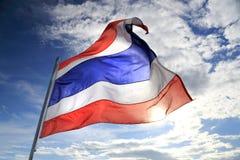 Bandeira de Tailândia que acena no vento com o céu azul e o sol bonitos Imagem de Stock
