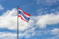 Bandeira de Tailândia que acena no vento no céu azul Imagem de Stock