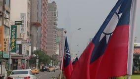 Bandeira de Taiwan no vento que olha o tráfego