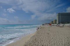 Bandeira de tempestade na praia Ondas na costa do mar das caraíbas Imagens de Stock