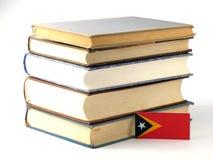 Bandeira de Timor oriental com a pilha dos livros isolados no backgrou branco Fotos de Stock