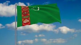 Bandeira de Turquemenistão contra o fundo das nuvens que flutuam no céu azul ilustração royalty free