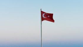 Bandeira de Turquia na lua do céu azul Fotos de Stock