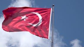 Bandeira de Turquia que acena o movimento lento no fundo do céu azul