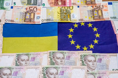 Bandeira de Ucrânia e de Europa com dinheiro Fotos de Stock Royalty Free