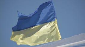 Bandeira de Ucrânia Bandeira ucraniana contra o céu azul