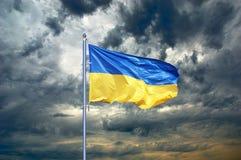 Bandeira de Ucrânia Bandeira ucraniana no céu preto da nuvem de tempestade Imagens de Stock Royalty Free