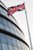 A bandeira de união e a câmara municipal de Londres Fotografia de Stock Royalty Free