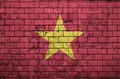 A bandeira de Vietname é pintada em uma parede de tijolo velha fotografia de stock