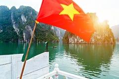 Bandeira de Vietname O cruzeiro da excursão da baía de Halong descobre que as ilhas rochosas descobrem, destinos superiores Vietn imagens de stock
