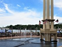 A bandeira decorou a torre na plaza de Washington Harbor imagem de stock