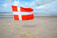 Bandeira dinamarquesa no vento na praia da areia perto de Blavand, Jutland Dinamarca foto de stock