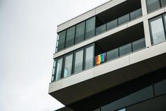 Bandeira do arco-íris bandeiras Multi-coloridas em uma casa em Berlim em Alemanha Revolução sexual europeia Fotografia de Stock Royalty Free