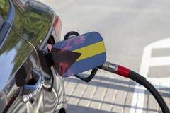 Bandeira do Bahamas na aleta do enchimento do combustível do ` s do carro imagens de stock