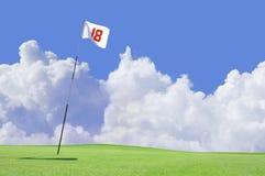 Bandeira do campo de golfe no furo 18 Imagens de Stock Royalty Free
