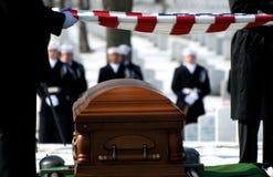 Bandeira do cemitério nacional de Arlington sobre o caixão imagens de stock