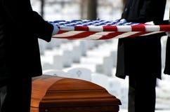 Bandeira do cemitério nacional de Arlington sobre o caixão fotos de stock royalty free