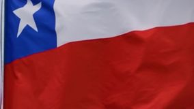 A bandeira do Chile acena no vento no movimento lento