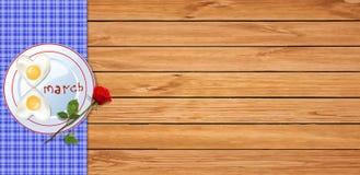 Bandeira do dia das mulheres felizes com a omeleta do coração em uma forma de oito Fotos de Stock