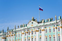 Bandeira do estado do russo no palácio do inverno Fotografia de Stock Royalty Free