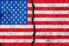 Bandeira do Estados Unidos pintada em partilha rachada da parede background/USA ilustração do vetor