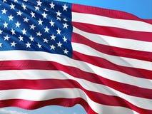 Bandeira do Estados Unidos que acena no vento contra o c?u azul profundo Tela de alta qualidade fotos de stock