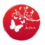 Bandeira do estilo do Grunge da arte de Japão Ramo com flores de sakura e ícone da borboleta da silhueta no sol vermelho do fundo ilustração do vetor