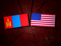 Bandeira do Mongolian com bandeira dos EUA em um coto de árvore imagens de stock